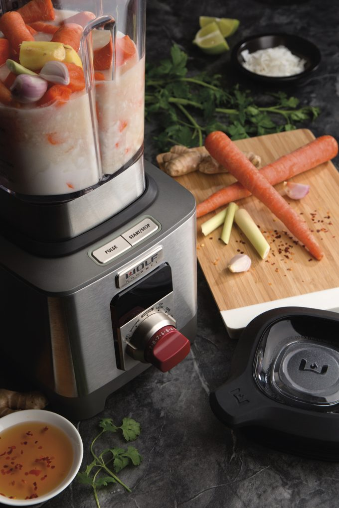The base offers ultra-responsive variable speed controls that give its home chefs the flexibility to blend foods to their exact preferences, and a manual pulse function that works at any speed.
